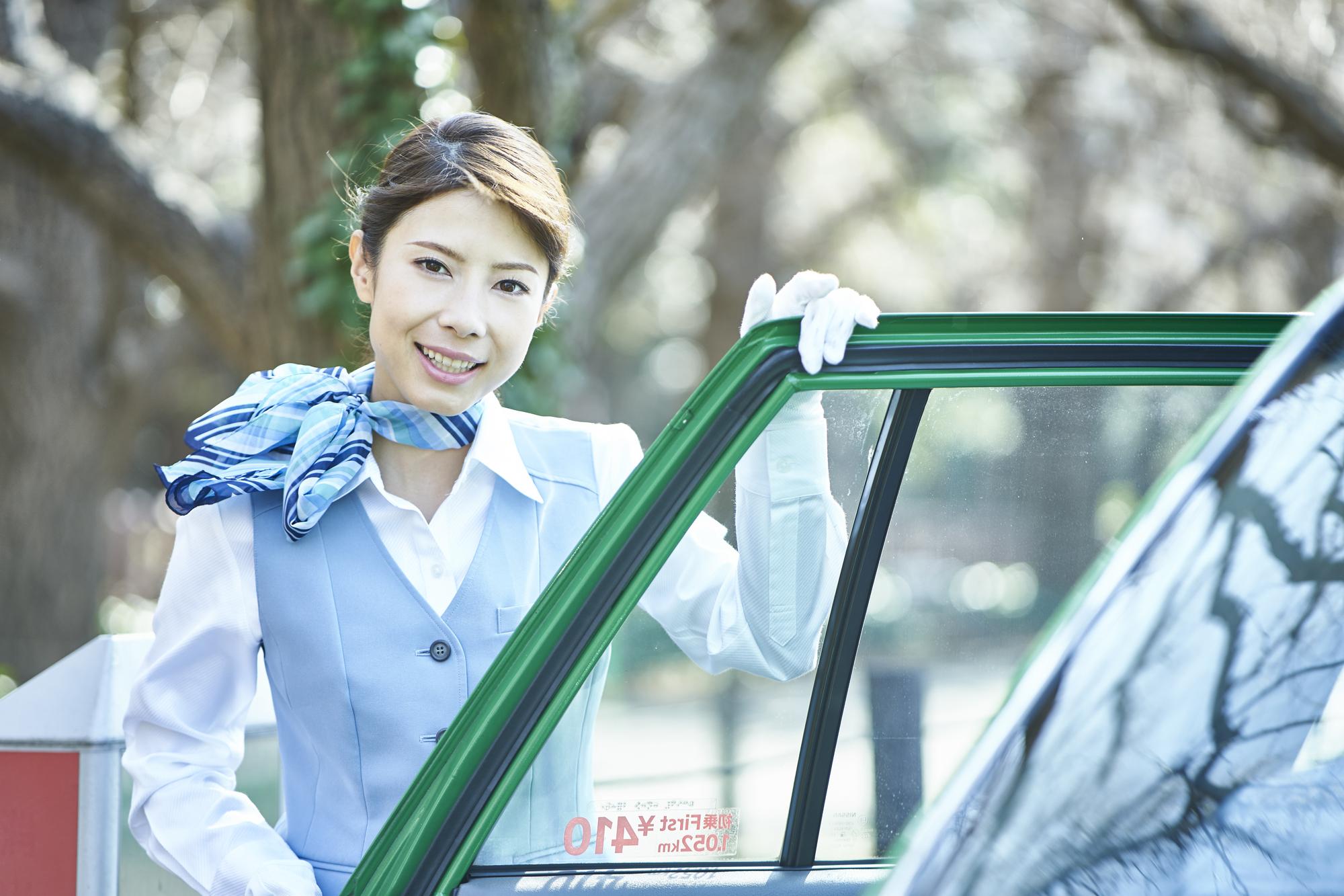 女性のタクシー運転手が増えている理由とは?